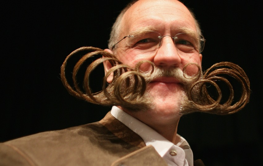 BRIGHTON, UNITED KINGDOM - SEPTEMBER 01: A competitor poses for a photograph while competing during the World Beard and Moustache Championships at the Brighton Centre on September 1, 2007 in Brighton, England. The World Beard and Moustache Championships is a biennial event participated by beard and moustache wearers from all over the world. (Photo by Daniel Berehulak/Getty Images) Die Aufnahme zeigt einen Teilnehmer der Bart-Weltmeisterschaft am 1. September 2007 in Brighton.
