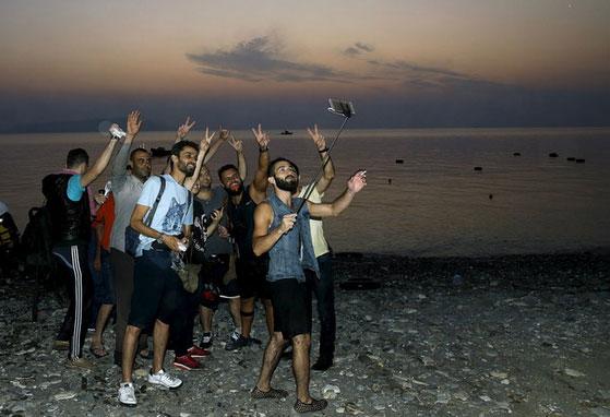 refugees-taking-selfie